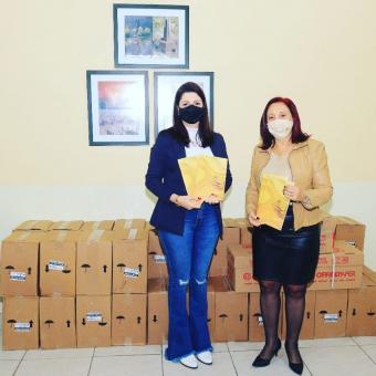Prefeitura recebe doação de cadernos